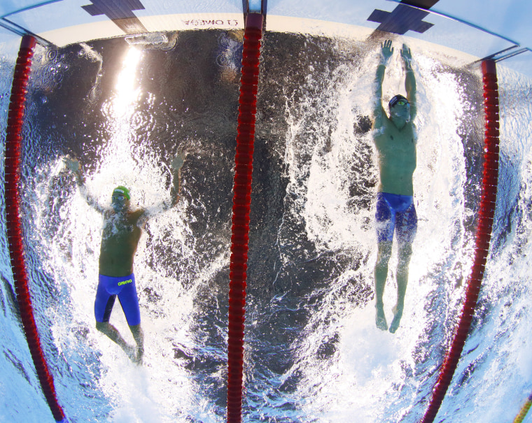 Image: Le Clos and Phelps compete in the final of the men's 200-meter butterfly