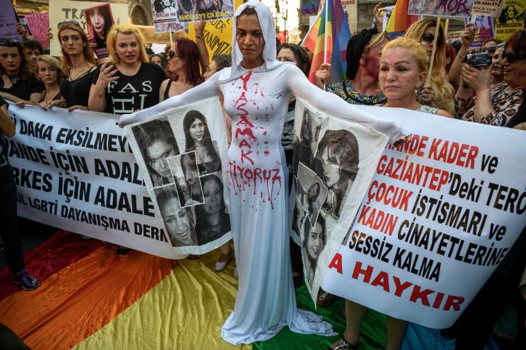 TOPSHOT-TURKEY-GAY-LGBT-DEMO