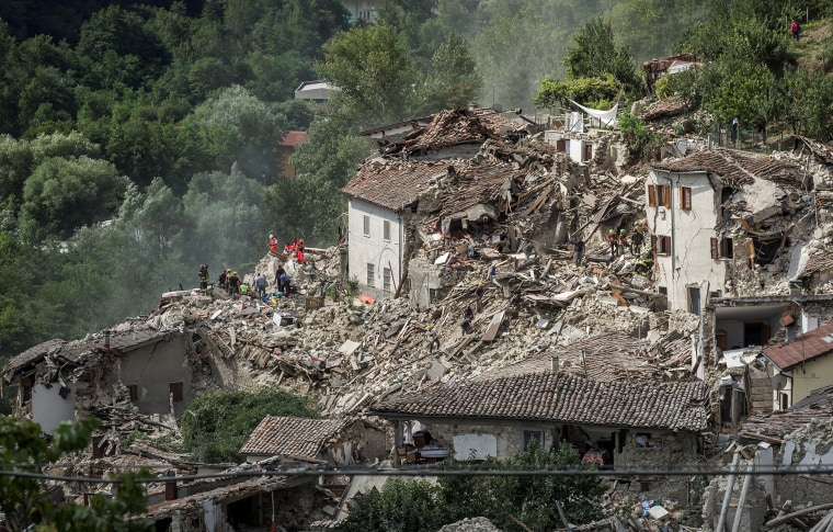 Image: Rescuers work following an earthquake in Pescara del Tronto