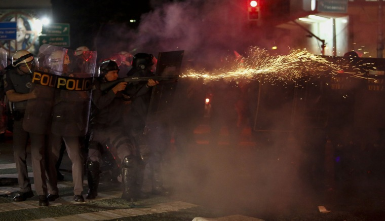 Image: TOPSHOT-BRAZIL-IMPEACHMENT-TRIAL-ROUSSEFF-SUPPORTERS-CLASHES
