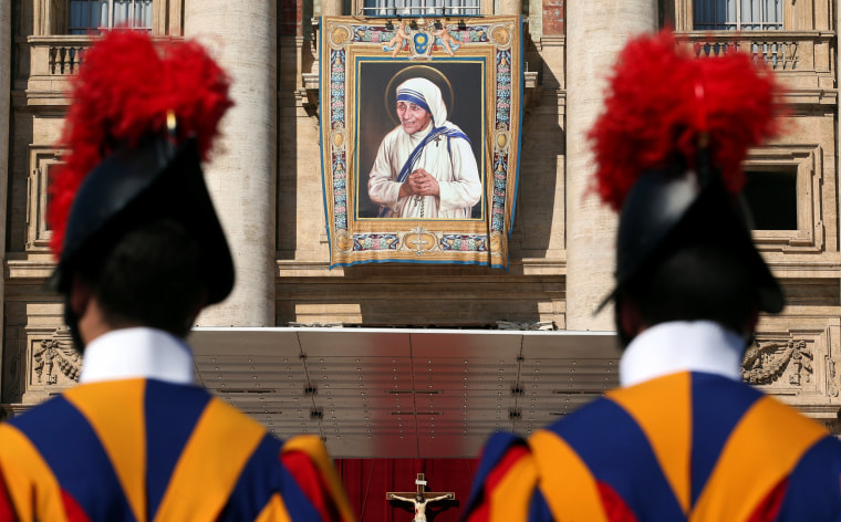 Image: Swiss Guards stand in front of a tapestry depicting Teresa of Calcutta before a mass