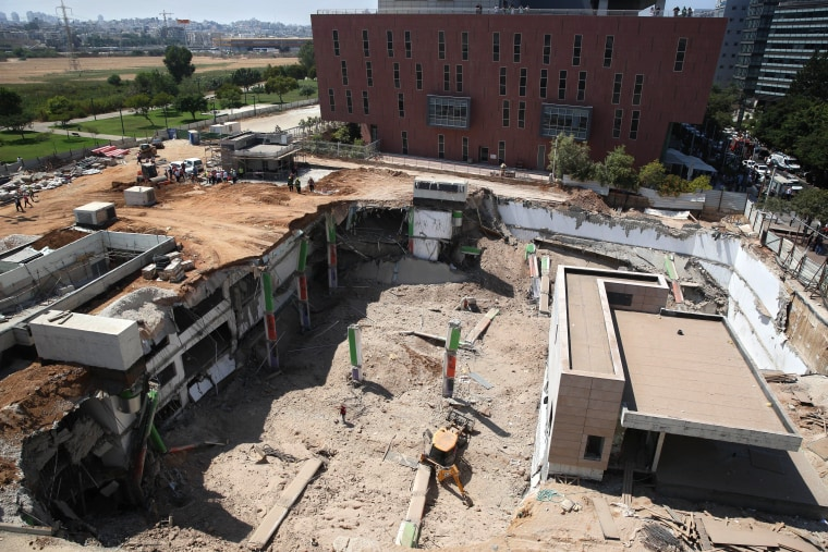 Image: The scene of a building collapse in Tel Aviv