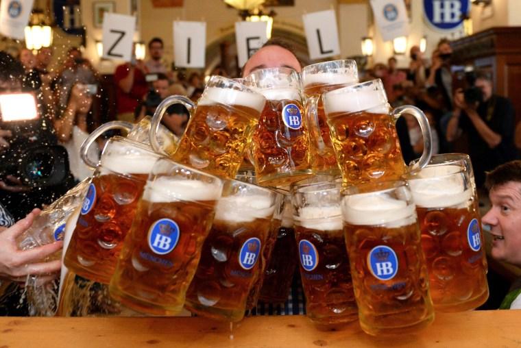 Image: New world record in beer mug lifting