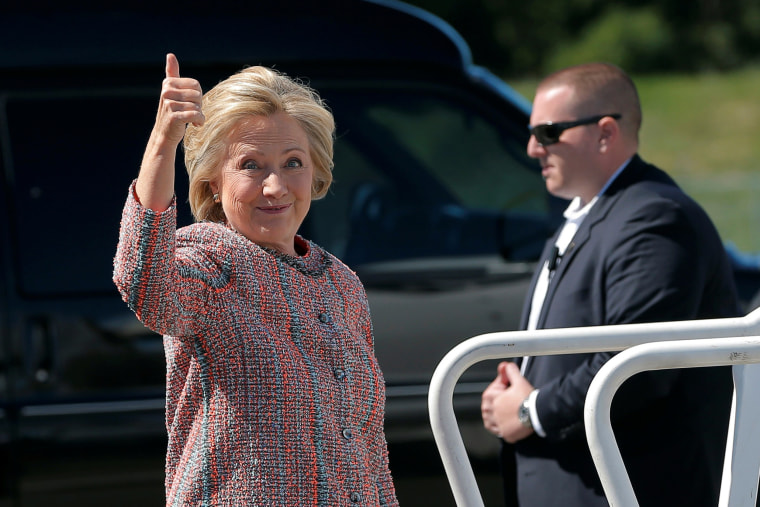 Image: U.S. Democratic presidential candidate Hillary Clinton gives a thumbs up as she boards her campaign plane in White Plains
