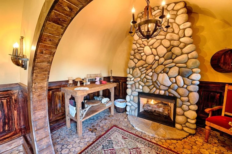 Hobbit house on airbnb living area