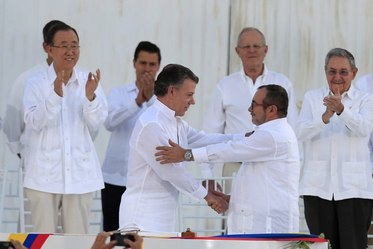 Image: Colombian president, FARC chief sign peace pact