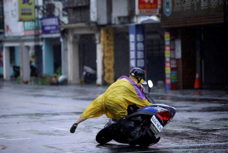 Image: A motorcyclist falls along a road as Typhoon Megi hits Hualien
