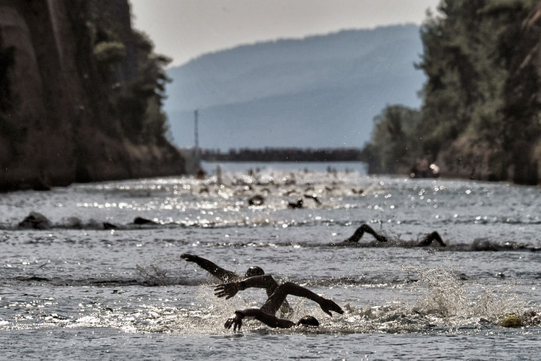 Image: TOPSHOT-GREECE-LEISURE-CORINTH-CANAL-SWIMMING-RACE