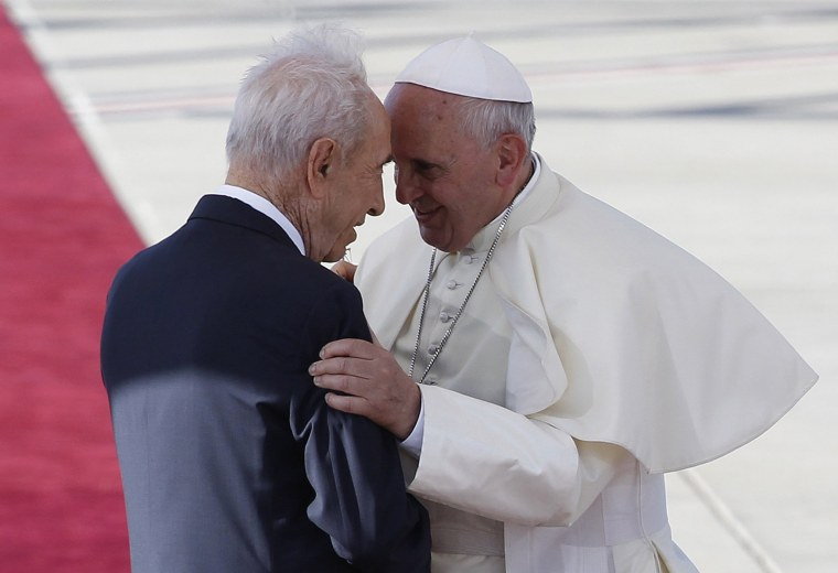 Image: Israel's President Shimon Peres stands with Pope Francis