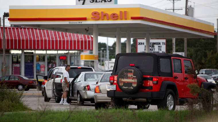 Image: People line up to fill their cars with gas