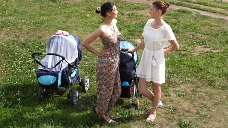 gossiping, smog moms