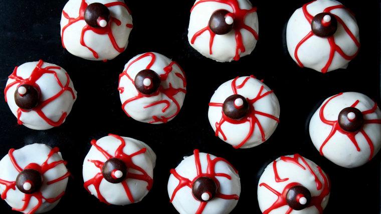 Creepy Halloween cake pop eyeballs
