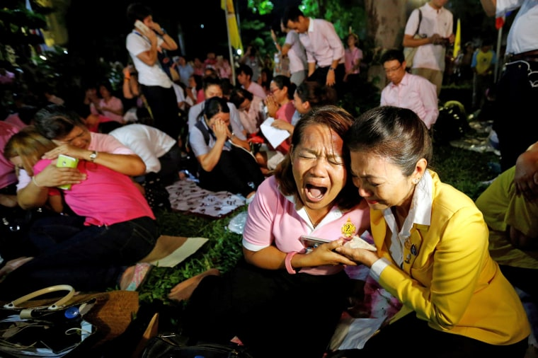 Image: People weep after an announcement that Thailand's King Bhumibol Adulyadej has died, at the Siriraj hospital in Bangkok