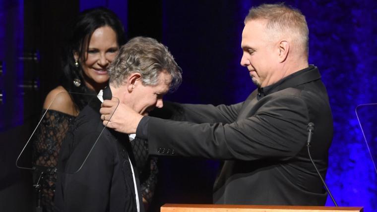 Garth Brooks honors Randy Travis