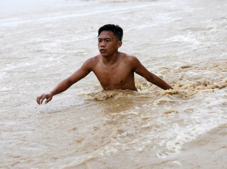 Image: Typhoon Sarika hits the Philippines