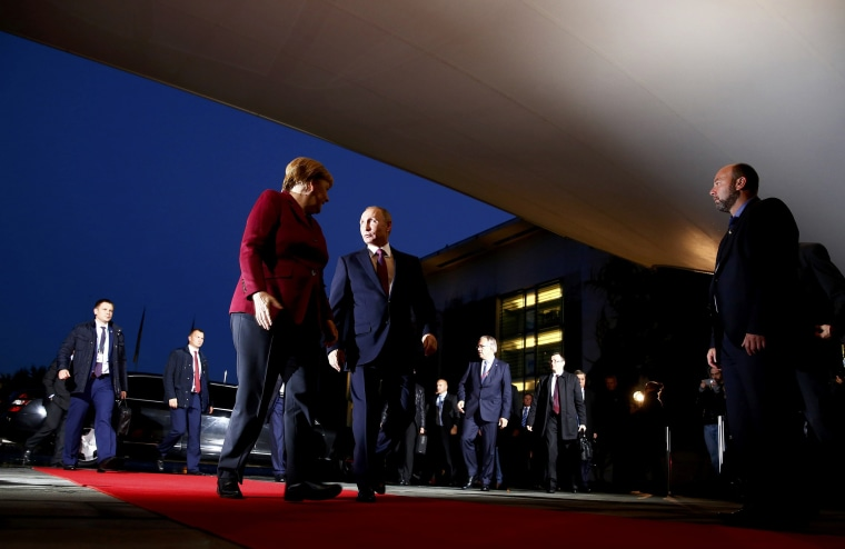 Image: German Chancellor Merkel welcomes Russian President Putin for talks on a stalled peace plan for eastern Ukraine at the chancellery in Berlin