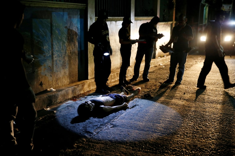 Image: Police investigate the body of Cunanan in Quezon city