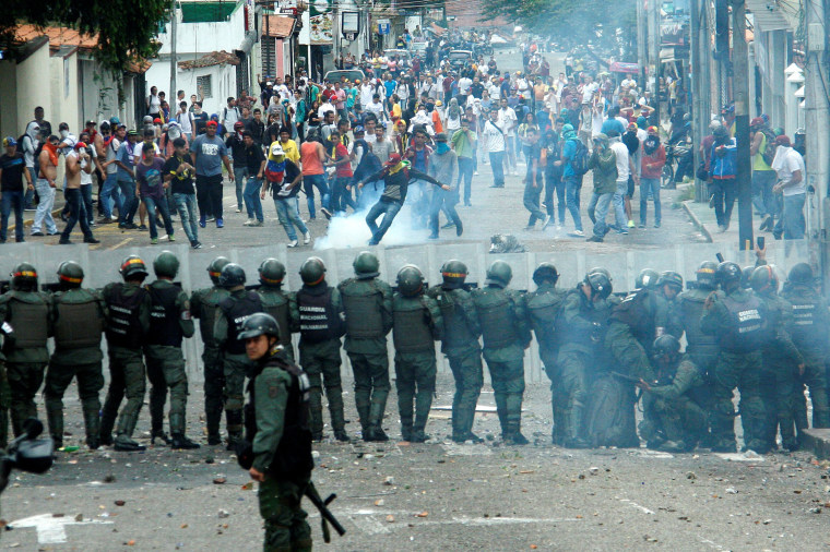 Image: Demonstrators clash with members of Venezuelan National Guard