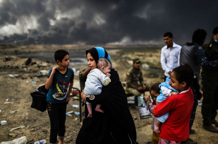Image: Iraqi families displaced by Iraqi forces' battle against ISIS to retake the city of Mosul gather on near Qayyarah