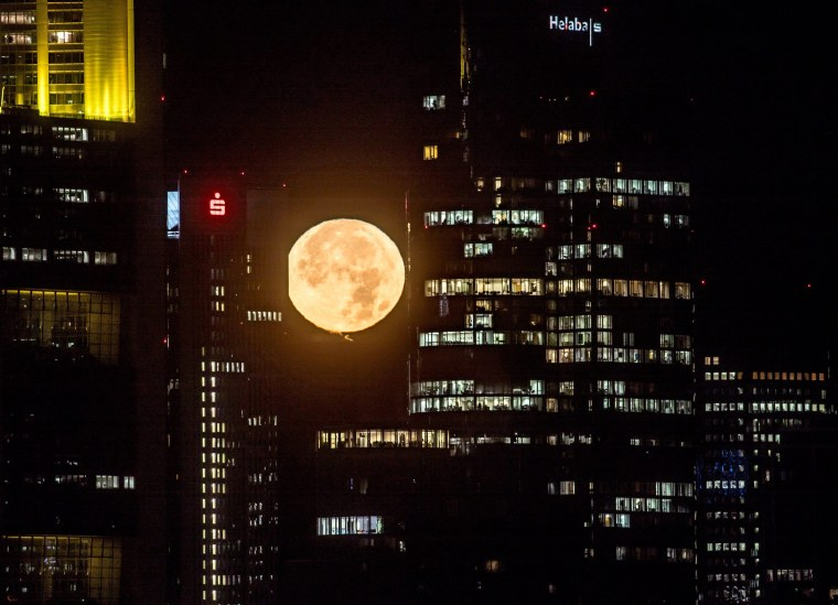 Image: Moonrise in Frankfurt