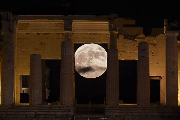 Image: GREECE-SCIENCE-ASTRONOMY-MOON-PHENOMENON