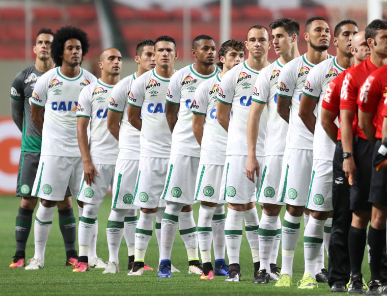 Image: Players of Chapecoense soccer team stands before their Brazilian Series A Championship match against America Mineiro in Belo Horizonte
