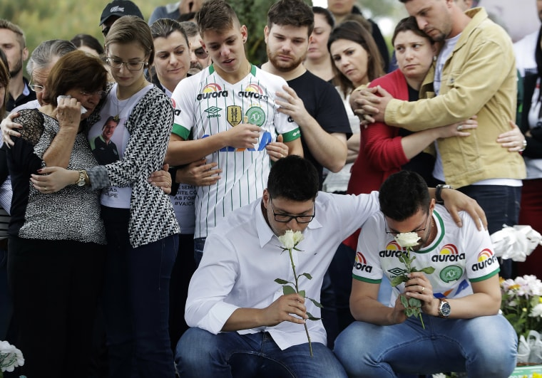 Image:Relatives attend the burial of Chapecoense soccer team's late president Sandro Pallaoro, who died in a plane crash in Colombia, in Chapeco, Brazil