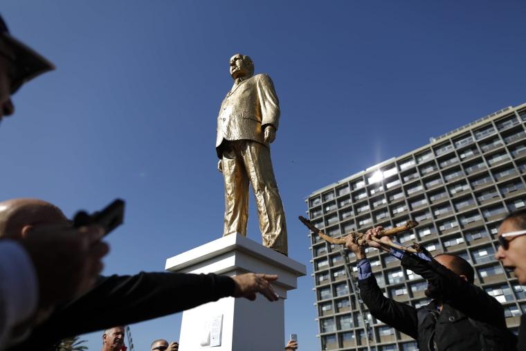 Image: Golden statue of Netanyahu in Tel Aviv