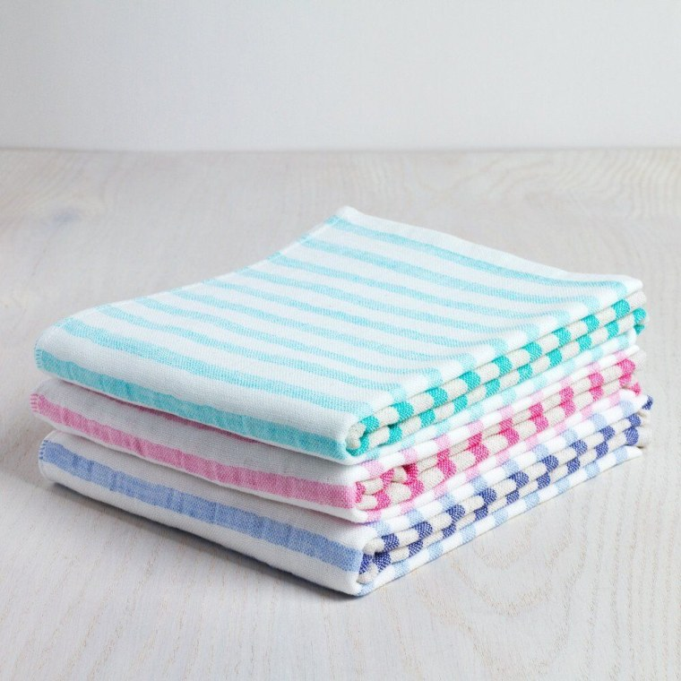 This handy towel is super absorbent and fast drying. What more can you ask for in a hand towel?