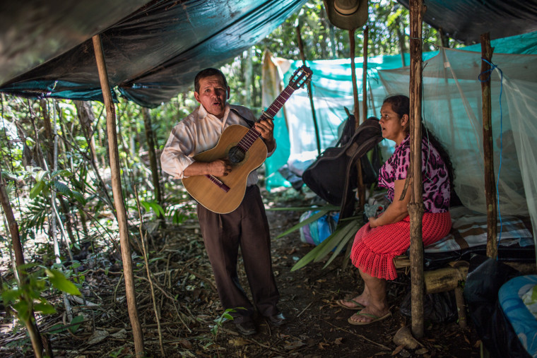 Many come to bring messages to the guerrilla fighters, prepare songs and stay in the camp where the FARC members also stay, the vigil lasted 1 day and 1 night.