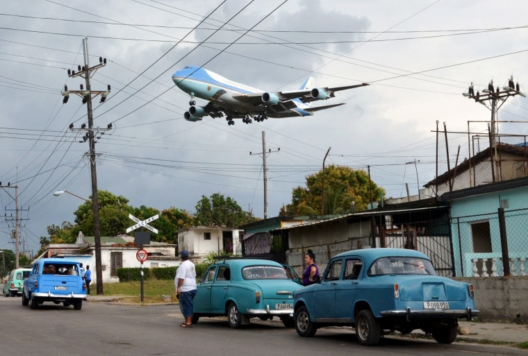 Image: Air Force One carrying U.S. President Barack Obama and his family flies over a neighborhood of Havana
