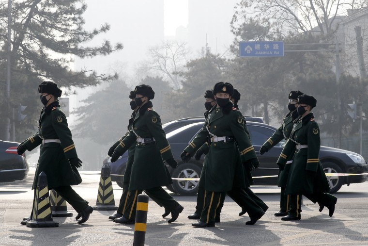 Image: Chinese paramilitary policemen wearing masks for protection against pollution