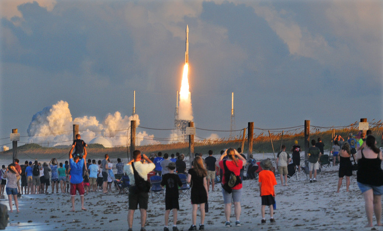 Image: Hundreds of people pack the Canaveral National Seashore in Cape Canaveral