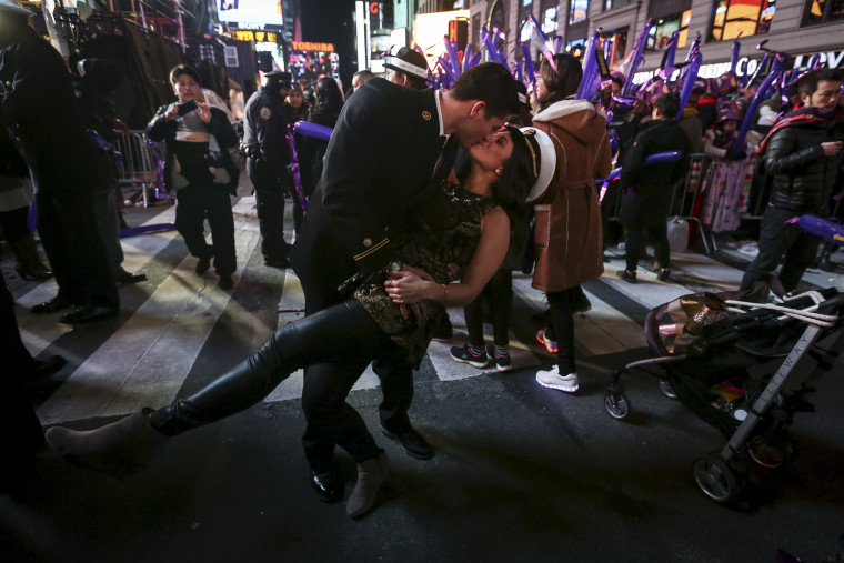 Image: A man and woman kiss in Times Square