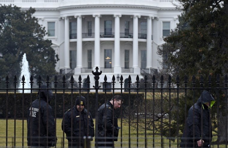 Image: Secret Service officers outside White House