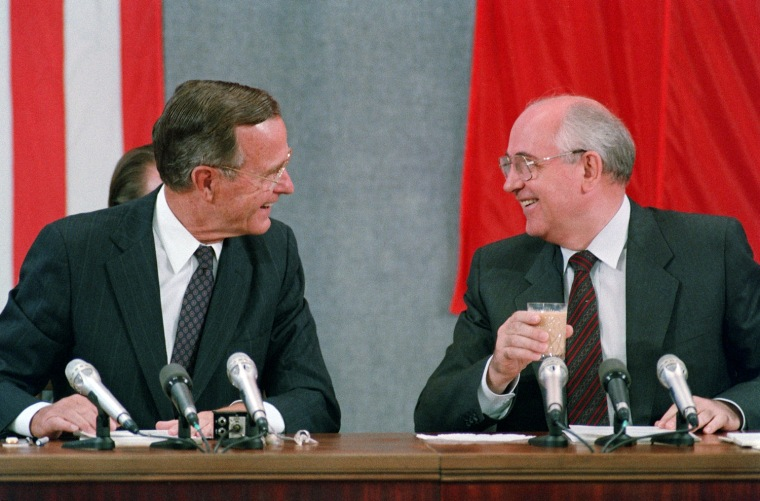 US President George Bush (L) and Soviet counterpar