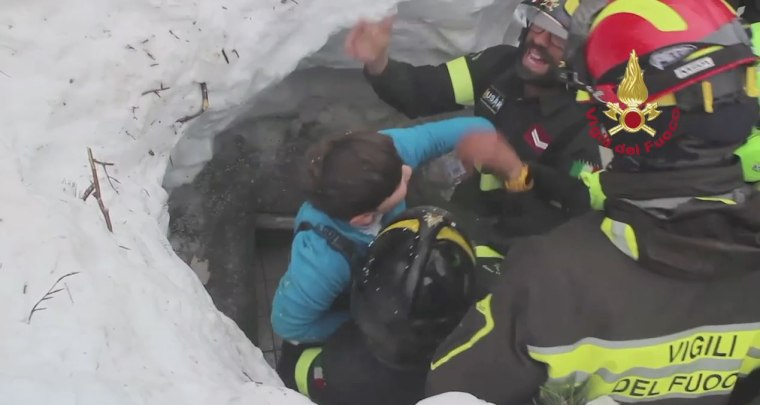 Image: Firefighters rescue buried avalanche victims in Farindola