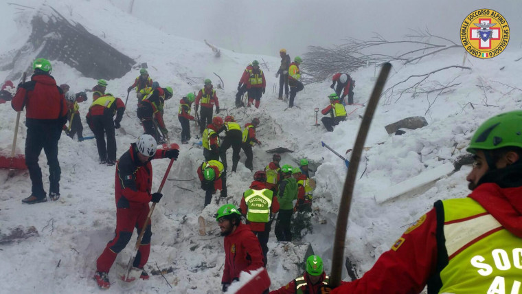 Image: Rescue works at avalanche buried hotel Rigopiano continue