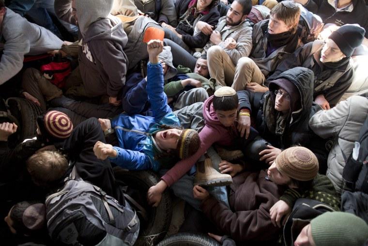 Image: Israeli settlers block Amona evacuation
