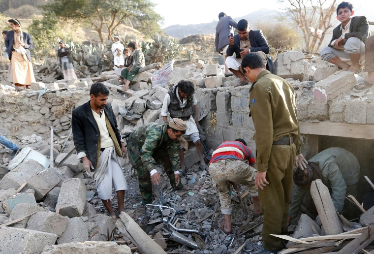 Image: Yemenis search under the rubble of damaged houses