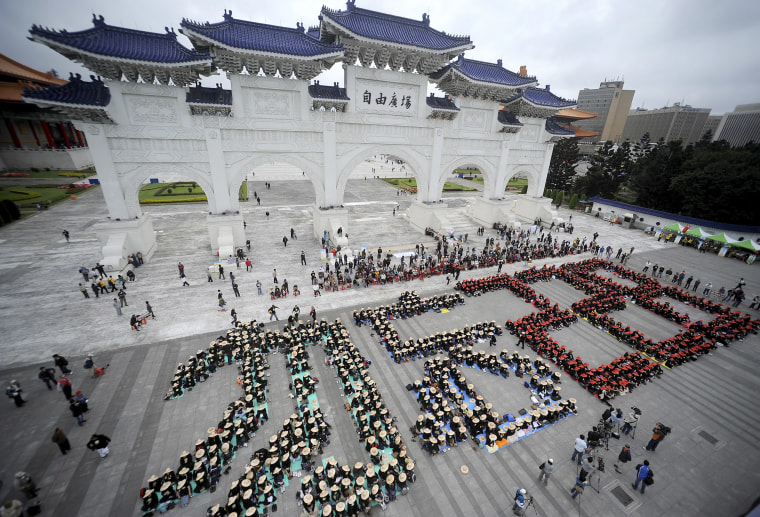 """Image: Hundreds of people form the words \""""Do Not Forget 228\"""" during a sit-in in front of the Liberty Square to commemorate the 228 event in Taipei, Feb. 28, 2009."""