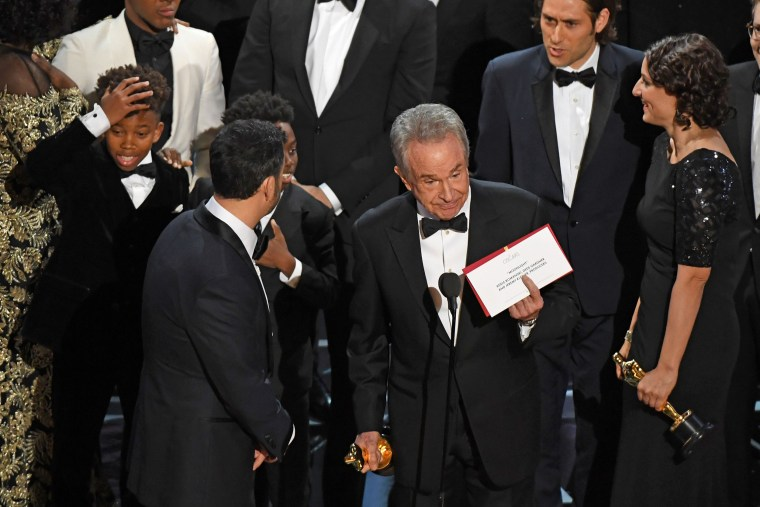 Image: Warren Beatty shows the winner's envelope for best picture on stage