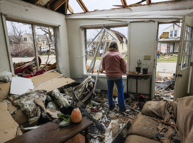 Image: Tornados damage homes in Illinois