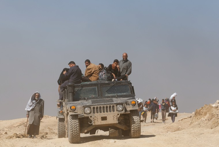 Image: Displaced Iraqis flee their homes as Iraqi forces battle with Islamic State militants, in western Mosul