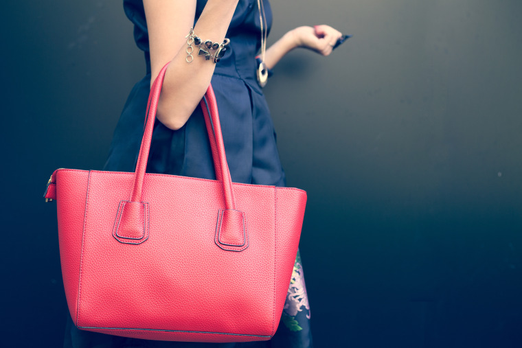 Are heavy handbags bad for your back?