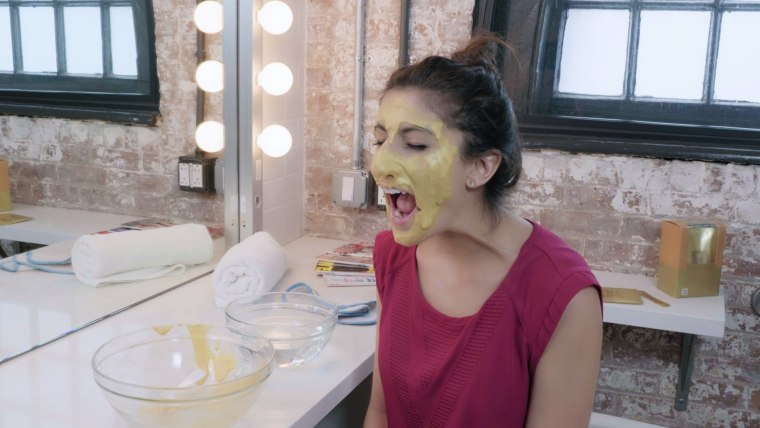 Trying the Memebox 'Lindsay' gold face mask.