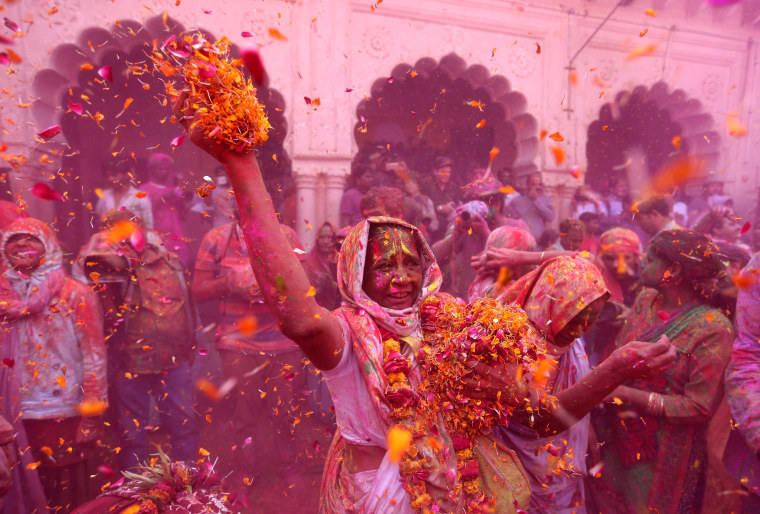 Image: Widows take part in Holi celebrations in the town of Vrindavan in the northern state of Uttar Pradesh