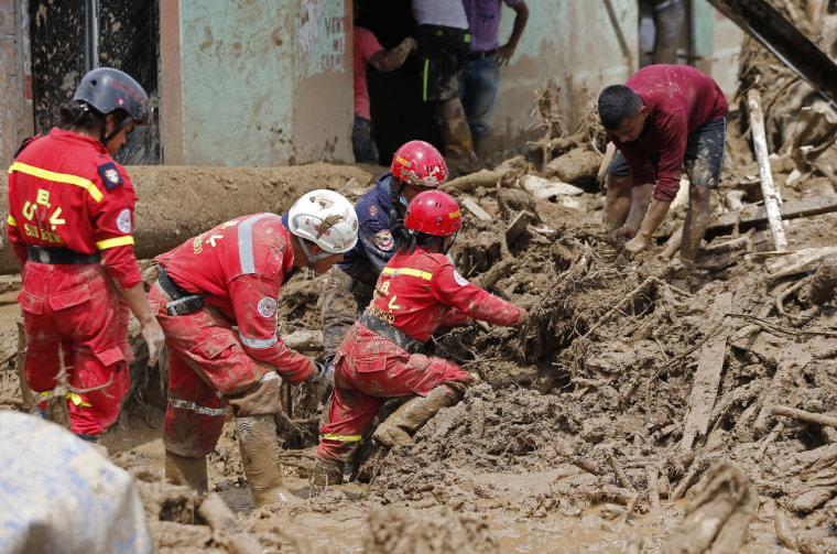 Image: Rescuers search for survivors in Mocoa, Colombia