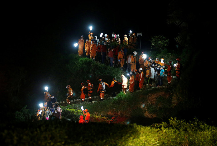 Image: Colombian civil defense workers bury the coffin of Jesus Diago