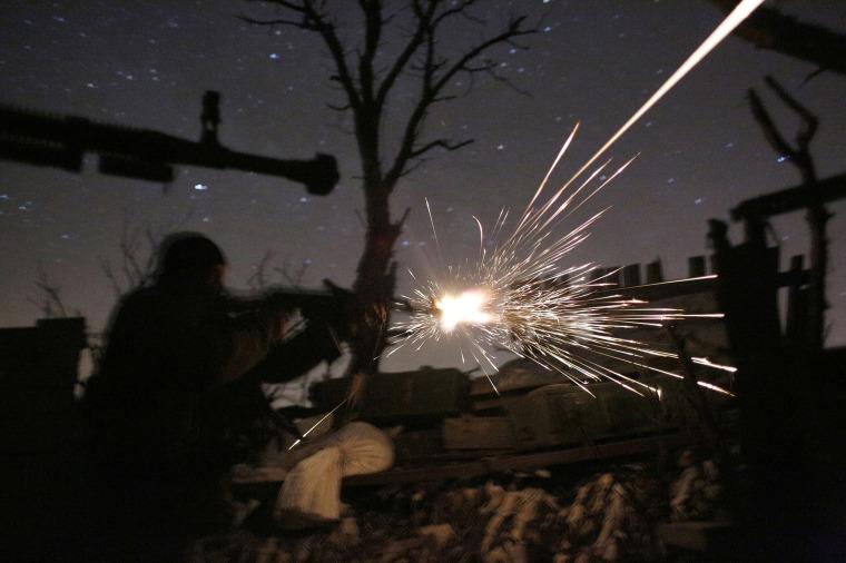 Image: Ukrainian servicemen fire machine guns during fighting with pro-Russian separatists